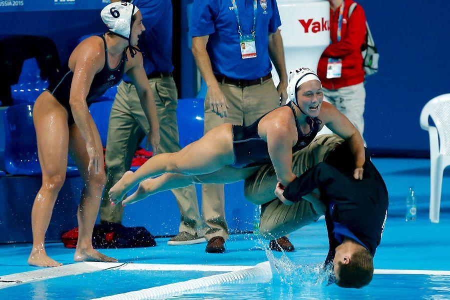 Coulisses, à-côtés, images surprenantes, Paris Match vous propose de découvrir le meilleur de l'actualité sportive de la semaine du 3 au 9 août.A Kazan, victorieuses des Pays-Bas, les Américainesont remporté le titre de championnes du monde de water-polo et pour l'occasion ont mis à l'eau le coachAdam Krikorian.