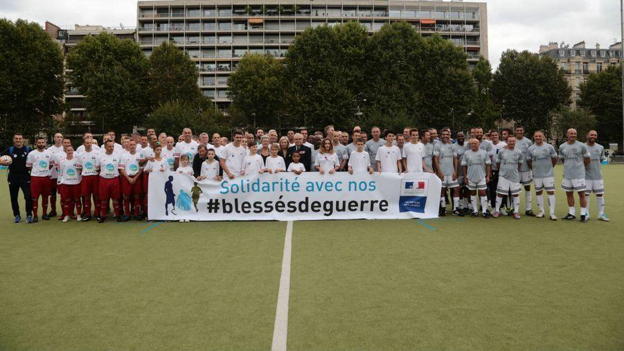 A droite l'équipe du Variétés Club de France, à gauche celle des armées sponsorisée par Naval Group