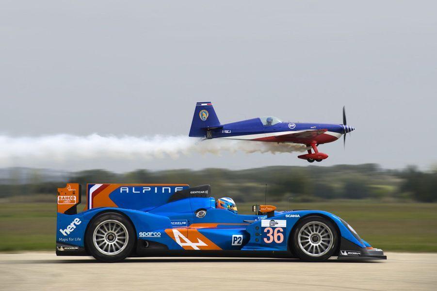 L'Alpine peut atteindre 330 km/h. Dès sa première saison d'engagement, en 2013, elle a remporté les titres pilote et équipe en catégorie LMP2 des European Le Mans Series.