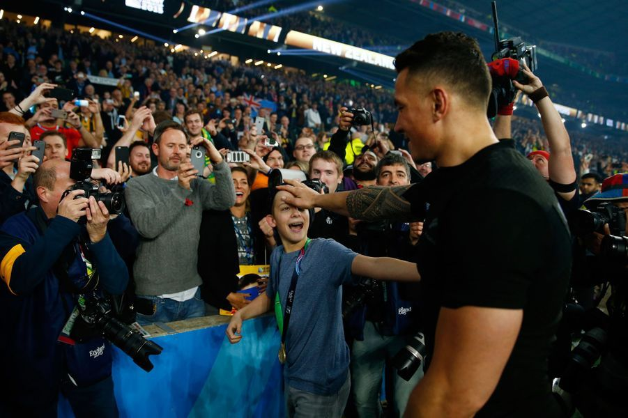 Le All Black Sonny Bill Williams donne sa médaille à un fan
