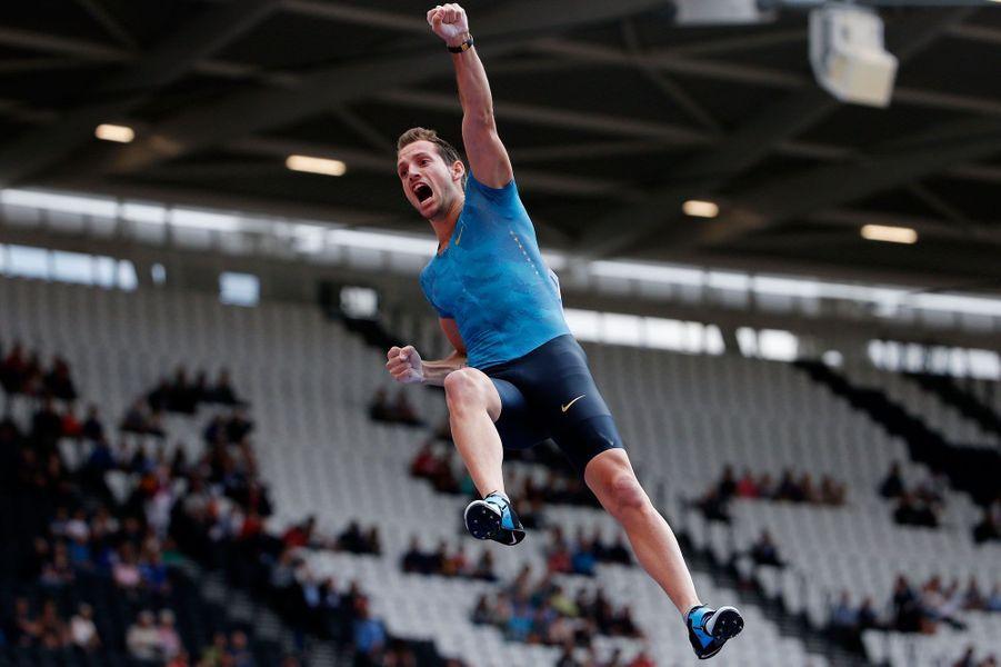 Renaud Lavillenie a dépassé la barre des six mètres samedi