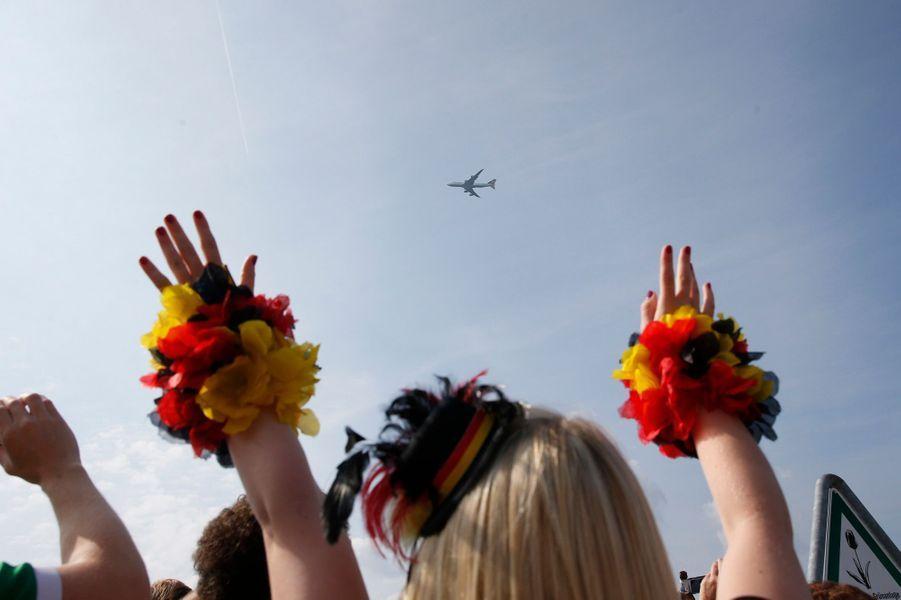 Les fans attendent l'avion