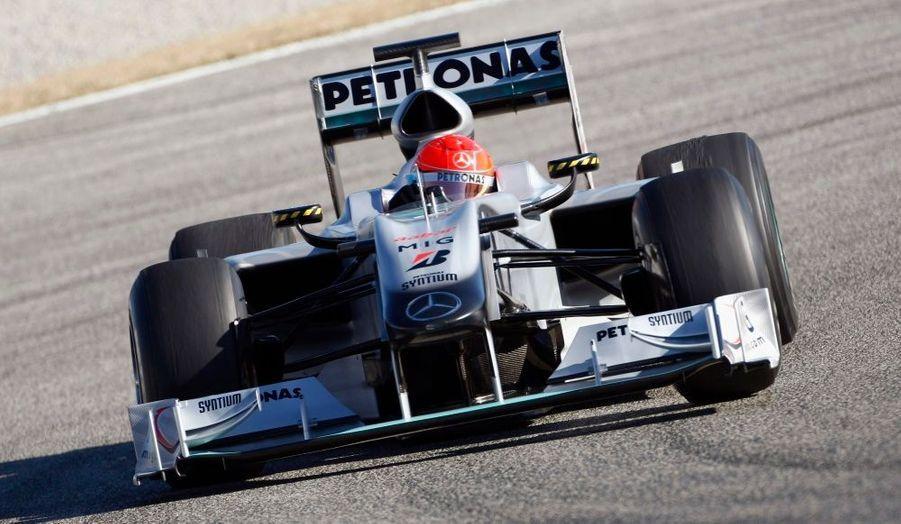 L'Allemand Michael Schumacher regoûte aux joies des circuits lors de séances d'essais sur le circuit de Valence en Espagne.
