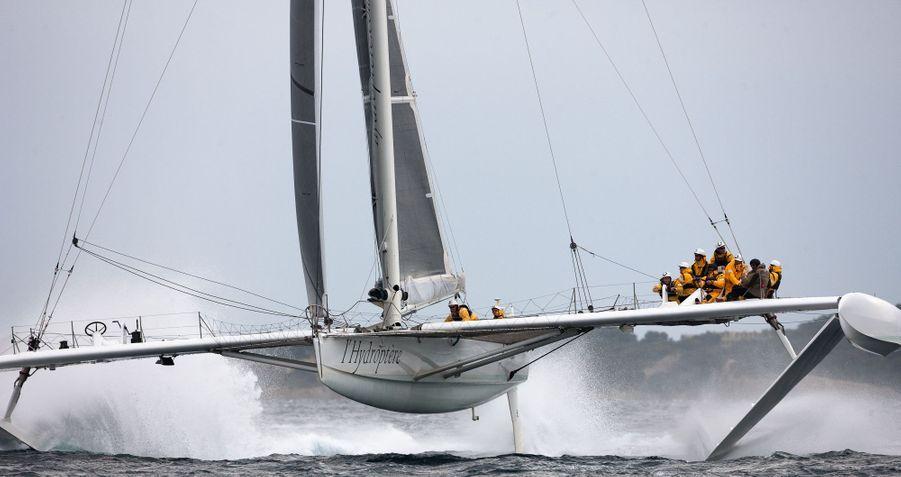 Le trimaran dispose de deux postes de commande installés sur les bras de liaison en carbone de 24 mètres de long. Les marins en changent en fonction du vent.