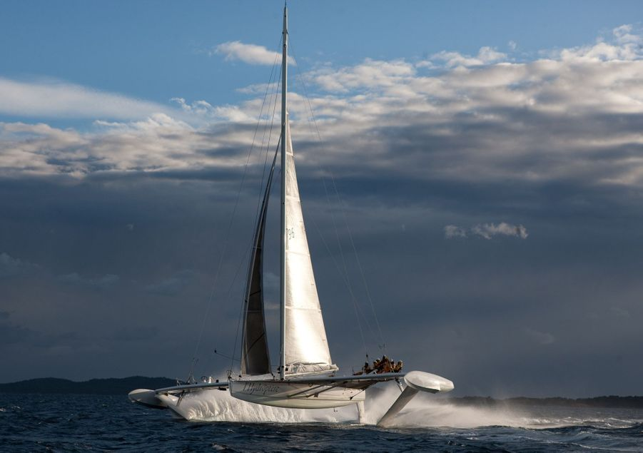A bord, les crissements des câbles contrastent avec la sensation de fluidité à 6 m au-dessus de l'eau.