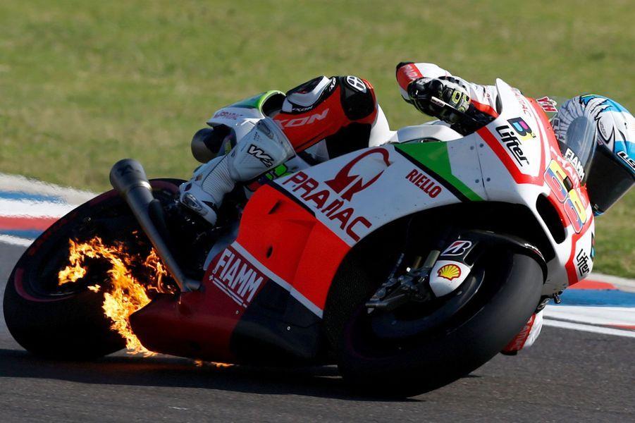 Au Grand Prix d'Argentine,la moto du Colombien Yonny Hernandez (Pramac Ducati Racing) prend feu.