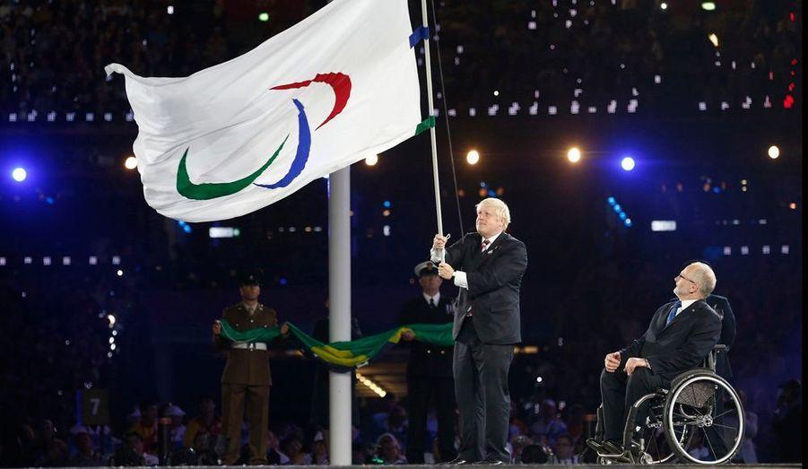 Le maire de Londres Boris Johnson remet le drapeau des Jeux Paralympiques à Philip Craven, président de la fédération internationale paralympique.