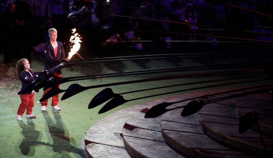 Les athlètes britanniques Ellie Simmonds et Jonnie Peacock ont allumé une dernière torche pour transmettre la flamme aux organisateurs des Jeux Paralympiques de Rio de Janeiro.