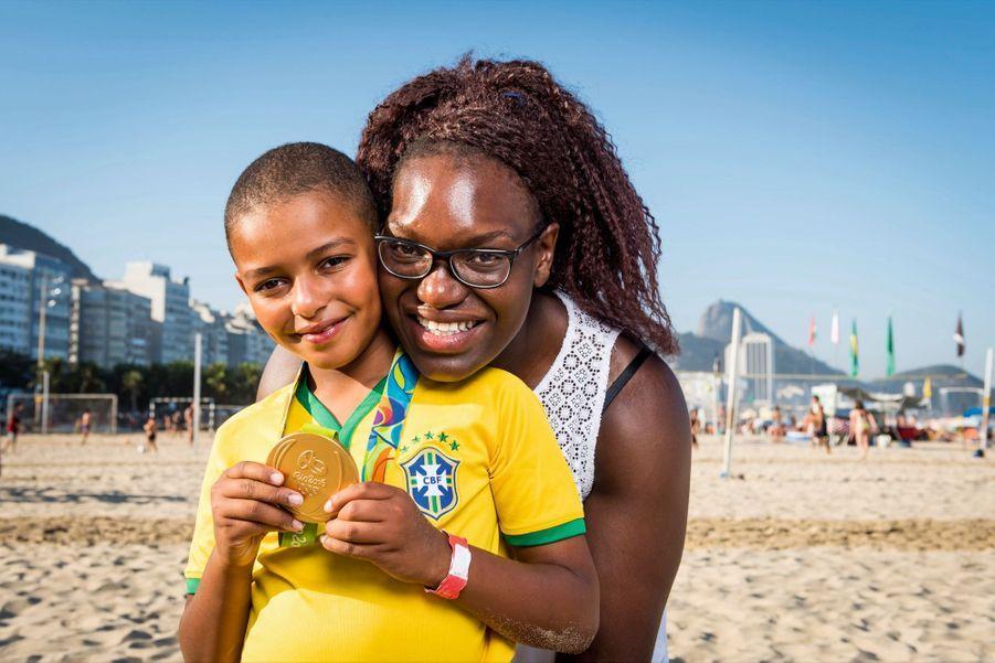 Emilie Andéol, judo, et son filleul Melvin. Médaille d'or
