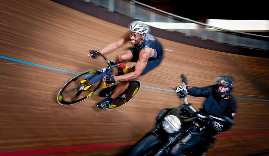 Ils roulent tous les deux à 65km/h. Et c'est plus difficile pour Florian Rousseau, l'entraîneur qui fut six fois champion du monde, au guidon d'une Ducati Diavel, faite pour rouler à 274km/h. Grégory Baugé, trois titres de champion du monde, la dernière fois à Melbourne, en avril, ne pense qu'à l'or.