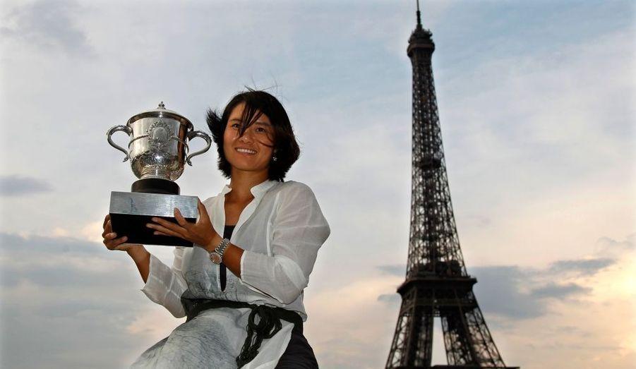 Première Chinoise à remporter un tournoi du Grand Chelem, Li Na prend la pose devant la tour Eiffel.