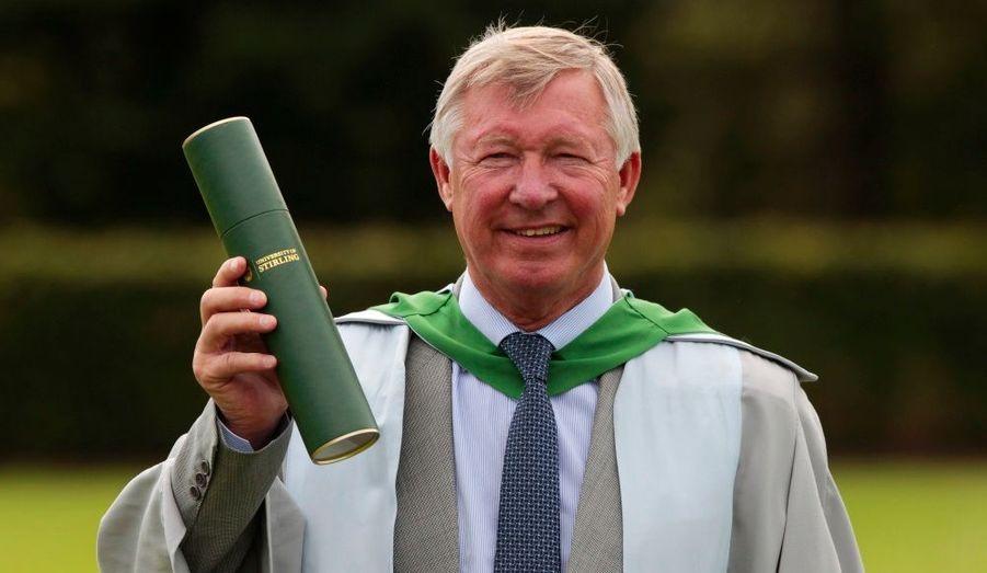 Le manager de Manchester United, Sir Alex Ferguson, a reçu un doctorat d'honneur de l'Université Stirling, en Ecosse. Le natif de Glasgow, qui tient les rênes des Reds Devils depuis 1986, se voit récompensé pour «sa contribution remarquable au développement du sport». So chic!