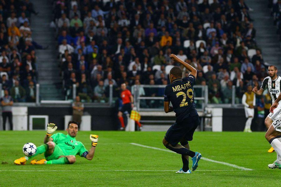 Kylian Mbappé et Gianluigi Buffon mardi soir lors du match retour de demi-finale de Ligue des Champions.