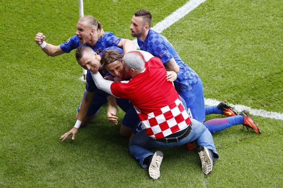 Un supporter fête le but de la Croatie face à la Turquie