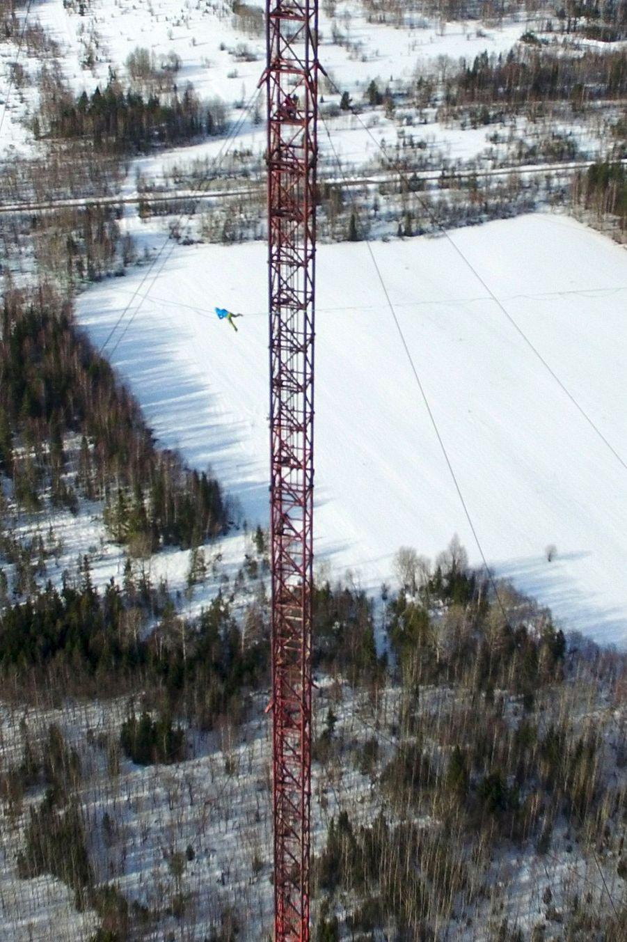 Maksim Kagin a chuté une fois avant de continuer son aller-retour à 350 mètres au-dessus du sol.