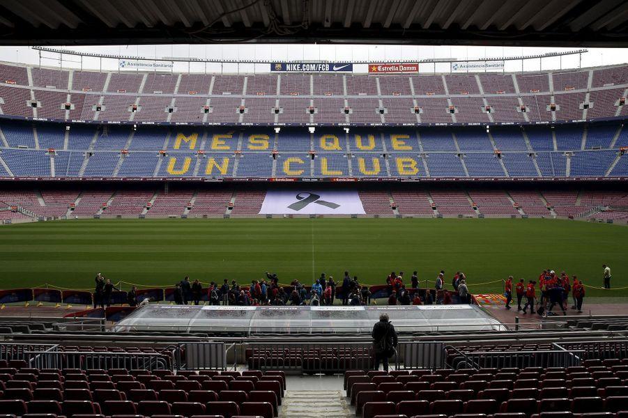 L'hommage des fans du Barca à Johan Cruyff au Camp Nou, le 26 mars 2016.
