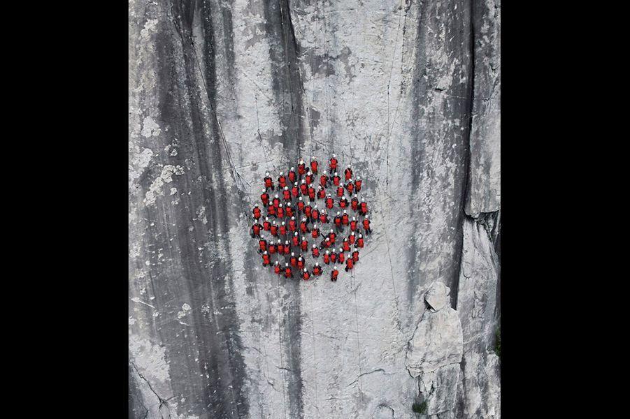 Objectif : tester de nouveaux sacs à dos ultralégers. Des vendeurs Mammut jusqu'au P-DG, Rolf Schmid, ils sont venus du monde entier pour se suspendre à quelques cordes. L'exercice est délicat : exécuter un cercle parfait sur la paroi très lisse et verticale d'un rocher cristallin déniché après moult recherches dans le Tessin, en Suisse italienne.