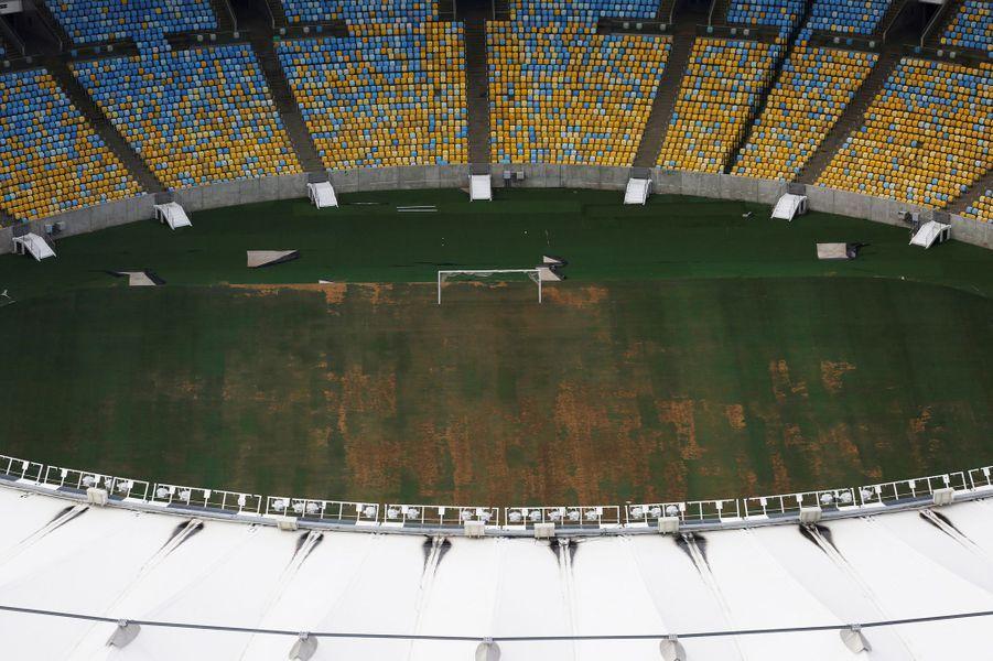 Au stade Maracana, la pelouse n'est plus entretenue.