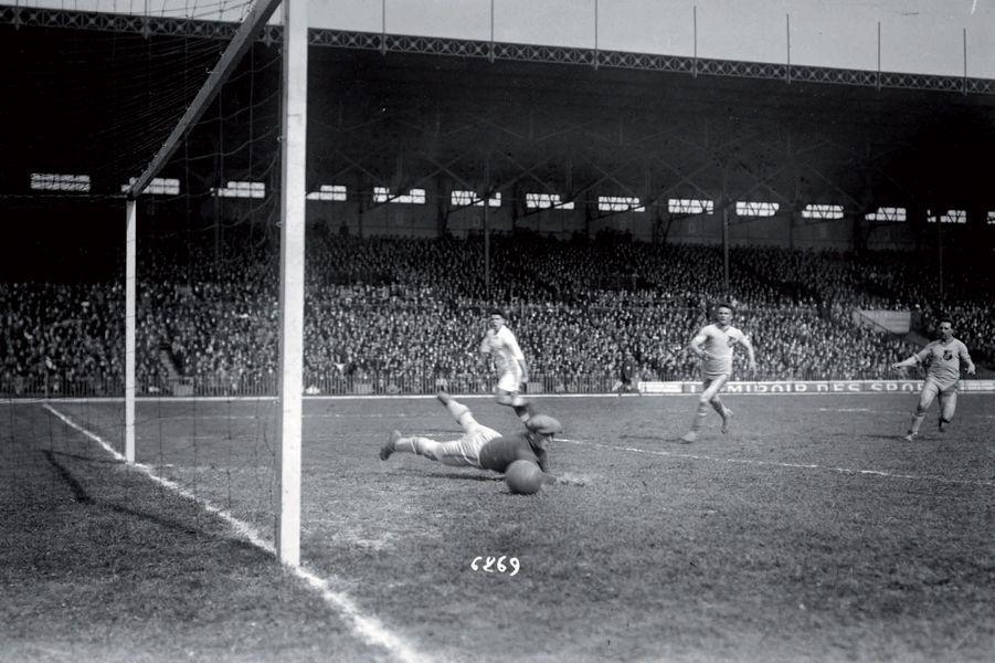En 1926, sur la pelouse de Colombes, les joueurs de Valentigney surnommés les Lions, tous amateurs et employés par les usines Peugeot, s'inclinent devant les quasi- professionnels de l'OM. Le combat était disproportionné et la victoire sans péril, mais pas sans gloire pour l'OM, alors seul club provincial à avoir remporté la Coupe de France.