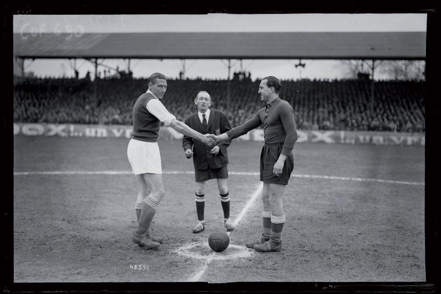Après avoir éliminé le Red Star en huitième de finale de l'édition 1944-45, les joueurs d'Arago Orléans retrouvent le FC Paris en quart de finale à Saint-Ouen. Avec Jules Vandooren (à droite), ancien grand défenseur internationale de Lille, aux commandes, les amateurs résistent au futur vainqueur mais perdent finalement d'un petit but (1-0).