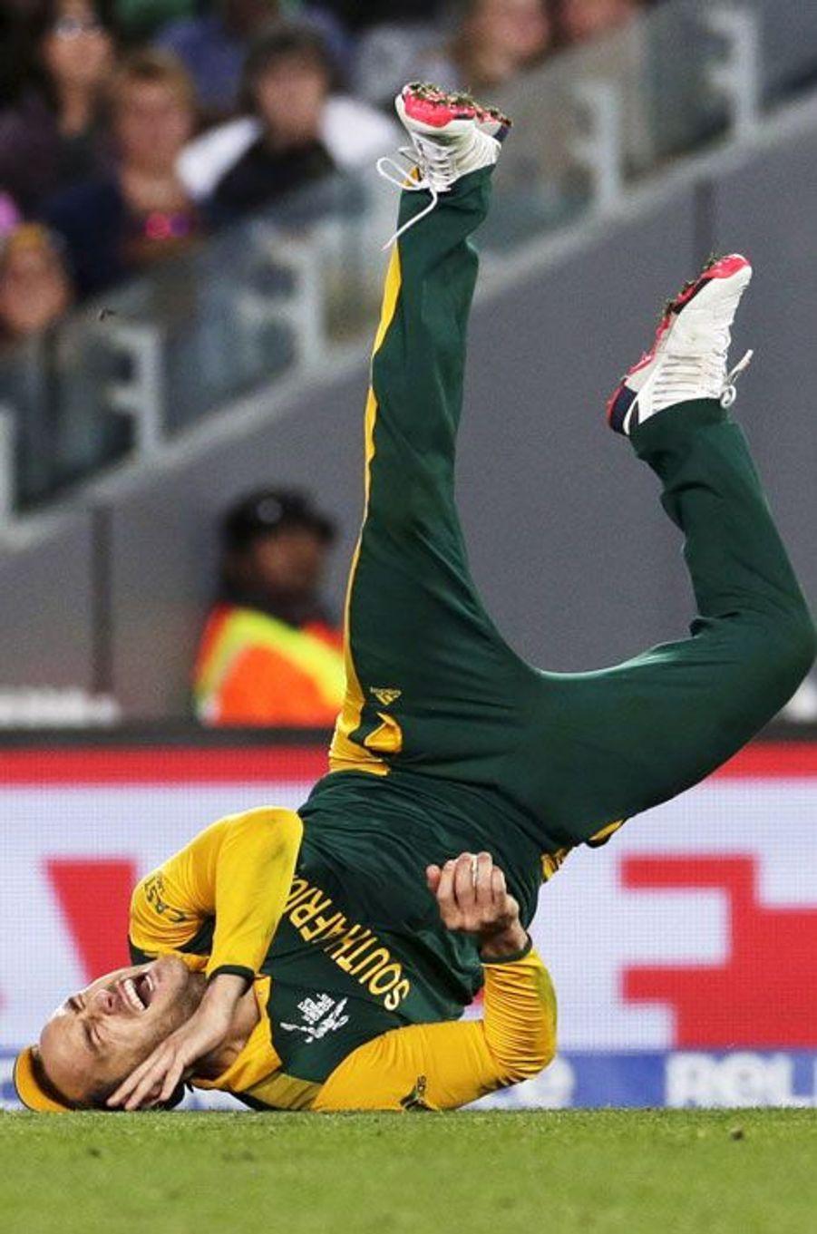 Chute du Sud-Africain Faf du Plessis en demi-finale de Coupe du monde de cricket, face à la Nouvelle-Zélande.