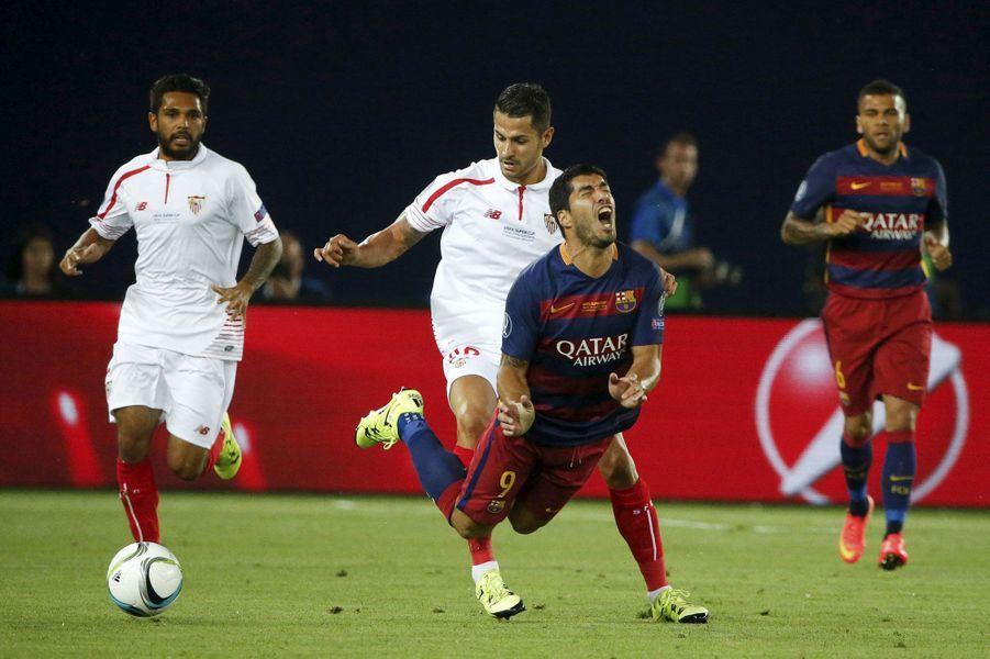 Chute de Luis Suarez (Barcelone) lors du match face à Seville en Super coupe de l'UEFA.