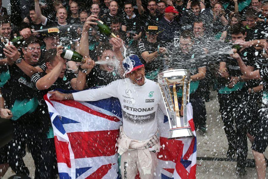 Coulisses, à-côtés, images surprenantes, Paris Match vous propose de découvrir le meilleur de l'actualité sportive de la semaine du 19 au 25 octobre.Ici, Lewis Hamilton celèbre sa victoire auGrand Prix des États-Unis de Formule 1 àAustin, au Texas. Un succès qui lui garantit untroisième titre mondial.
