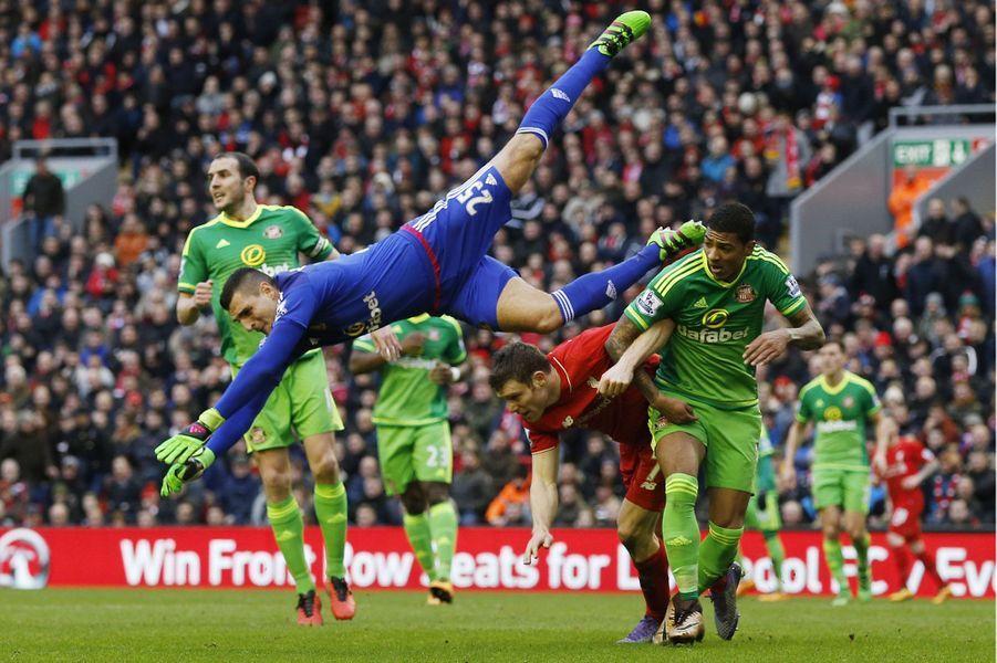 Coulisses, à-côtés, images surprenantes, Paris Match vous propose de découvrir le meilleur de l'actualité sportive de la semaine du 1er au 7 février 2016.Ici, Vito Mannone, gardien deSunderland, se jette de toutes ses forces pour empêcher Liverpool de marquer.