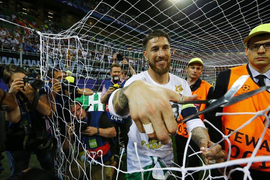 Sergio Ramos coupe le filet du but après avoir remporté la Ligue des champions.