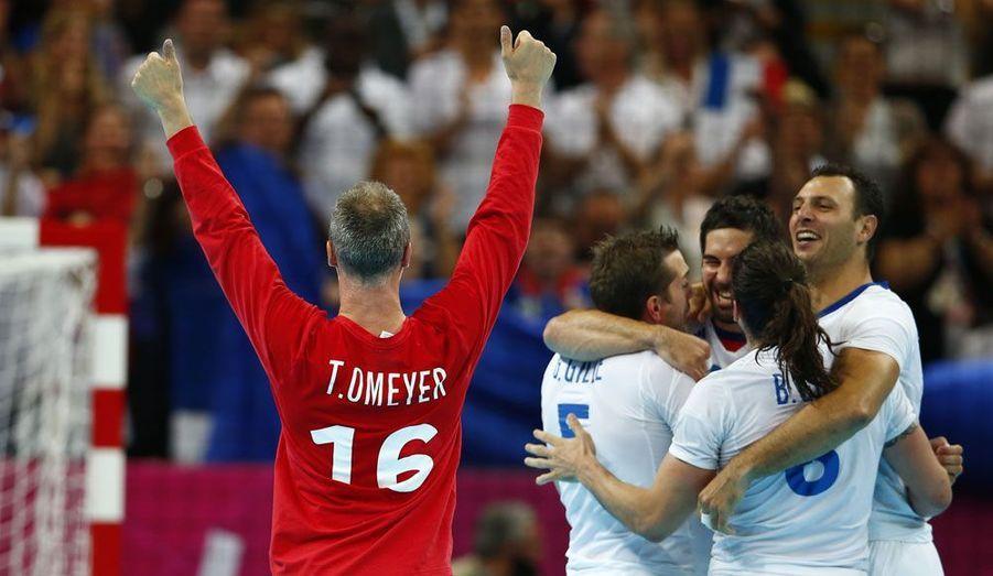 Les handballeurs français ont remporté l'or face à la Suède. Le goal Thierry Omeyer, en rouge, peut légitimement triompher: tout au long du tournoi, ses arrêts incroyables ont bien souvent sauvé les Bleus.