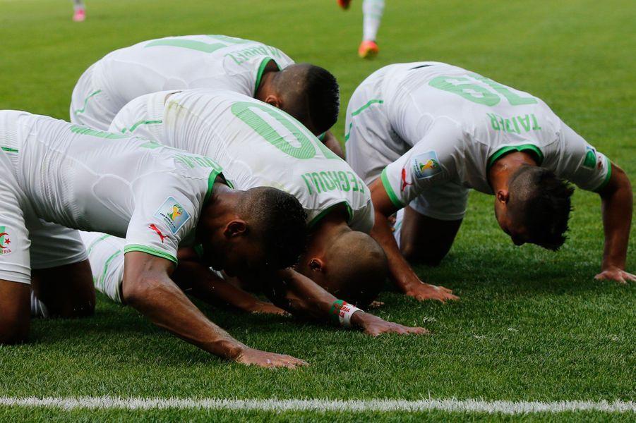 Lorsque l'on marque un but, il existe des dizaines de façons de le savourer : en solitaire, par une danse collective, en mimant un coeur ou le pouce dans la bouche. Pour les plus sportifs comme Miroslav Klose, on peut même avoir droit au salto alors que d'autres préfèrent tout simplement remercier Dieu. Florilège de célébrations qui ont marqué cette Coupe du monde.Les Algériens prient après un but de Feghouli. Ils perdront finalement 2/1 contre les Belges.