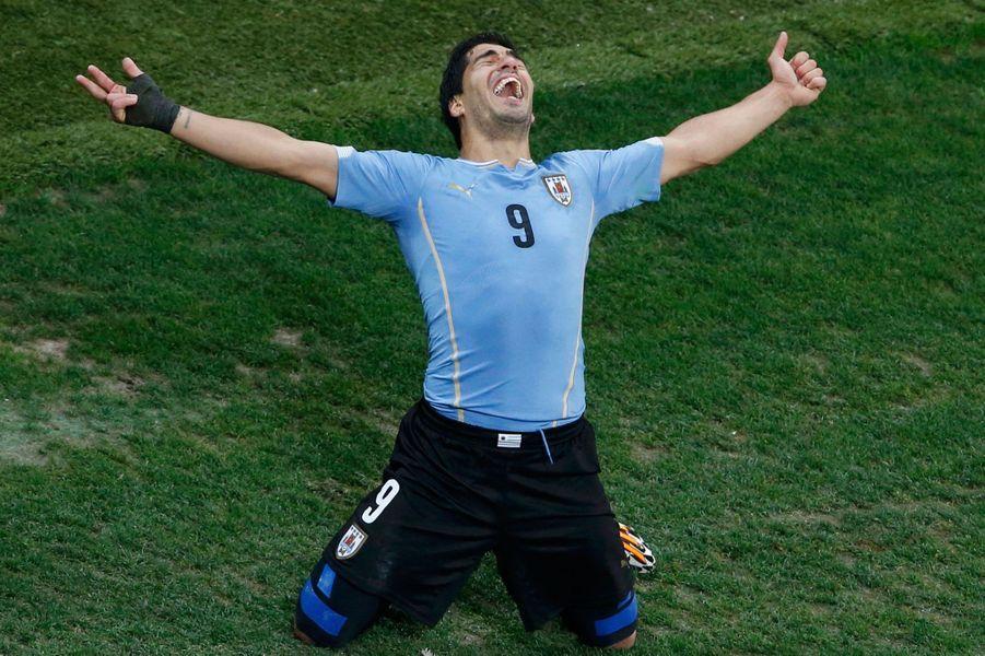 Lorsque l'on marque un but, il existe des dizaines de façons de le célébrer : en solitaire, par une danse collective, en mimant un coeur ou le pouce dans la bouche. Pour les plus sportifs comme Miroslav Klose, on peut même avoir droit au salto alors que d'autres préfèrent tout simplement remercier Dieu. Florilège de célébrations qui ont marqué cette Coupe du Monde.Luis Suarez après son deuxième but contre l'Angleterre.
