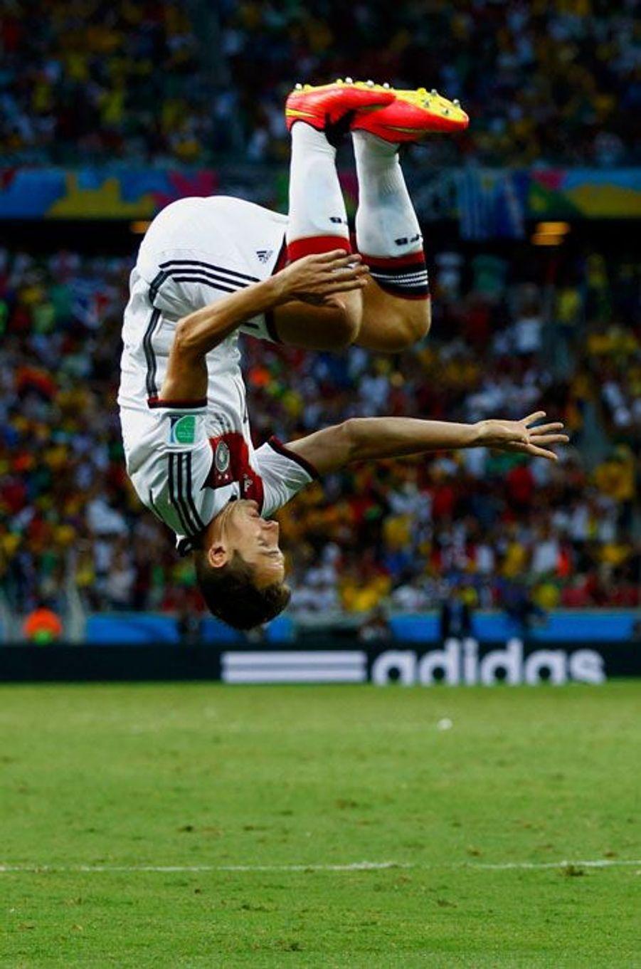 Lorsque l'on marque un but, il existe des dizaines de façons de le savourer : en solitaire, par une danse collective, en mimant un coeur ou le pouce dans la bouche. Pour les plus sportifs comme Miroslav Klose, on peut même avoir droit au salto alors que d'autres préfèrent tout simplement remercier Dieu. Florilège de célébrations qui ont marqué cette Coupe du monde.Miroslav Klose après avoir marqué face au Ghana. Il égale le record de Ronaldo de 15 buts inscrits en Coupe du monde.