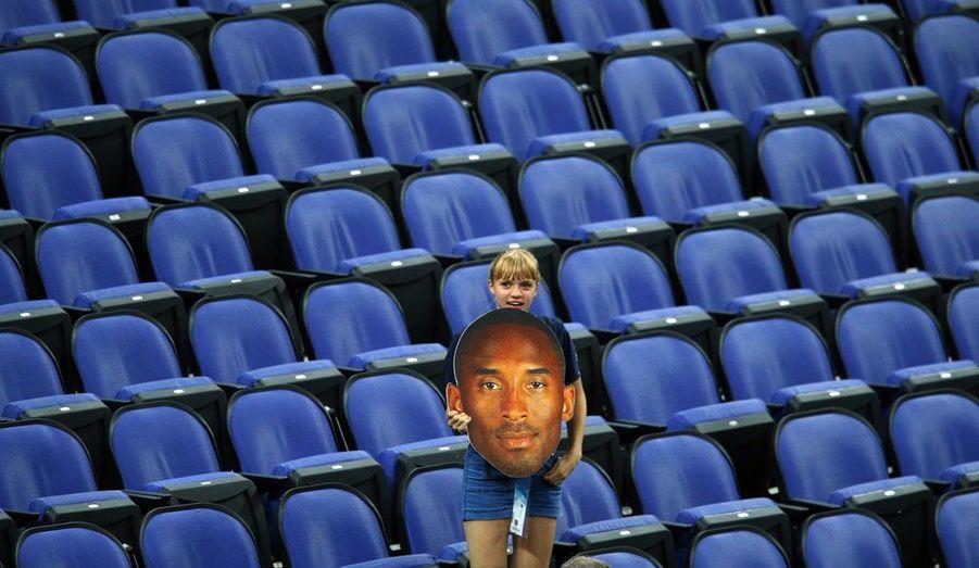 Une jeune fan du basketteur américain Kobe Bryant attend le début de la finale de basket entre l'Espagne et les Etats-Unis.