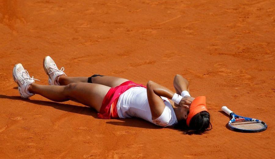 """Vaincue en finale de l'Open d'Australie il y a un peu plus de cinq mois, Li Na était forcément radieuse au moment de s'exprimer devant les caméras d'Eurosport, quelques minutes après avoir battu Francesca Schiavone en finale de Roland-Garros (6-4, 7-6 [0]): """"J'ai finalement réussi à gagner un tournoi du Grand Chelem. Tout le monde doit être très content en Chine. J'étais nerveuse, mais j'ai essayé de ne pas le montrer à mon adversaire."""" Grâce à cette victoire, la Chinoise deviendra lundi la 4e joueuse mondiale. Et rappelons le une dernière fois: la première joueuse chinoise à remporter un tournoi du Grand Chelem."""
