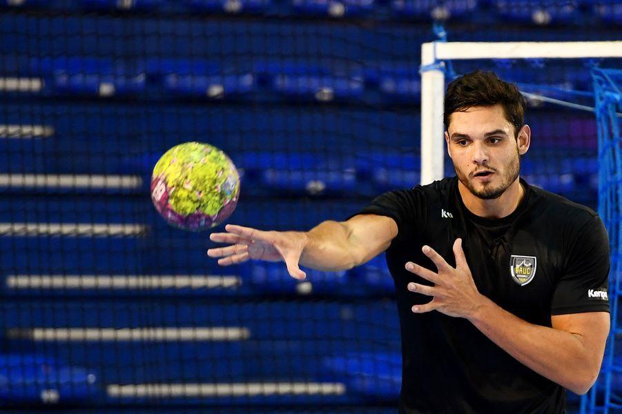 Loin des bassins, Florent Manaudou se lance officiellement dans le handball