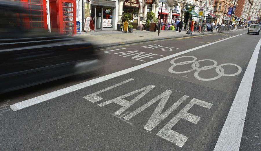 Les rues de Londres ont été modifiées pour faciliter la circulation des cortèges olympiques. Sur certains axes très fréquentés, un couloir a été spécifiquement réservé aux JO.
