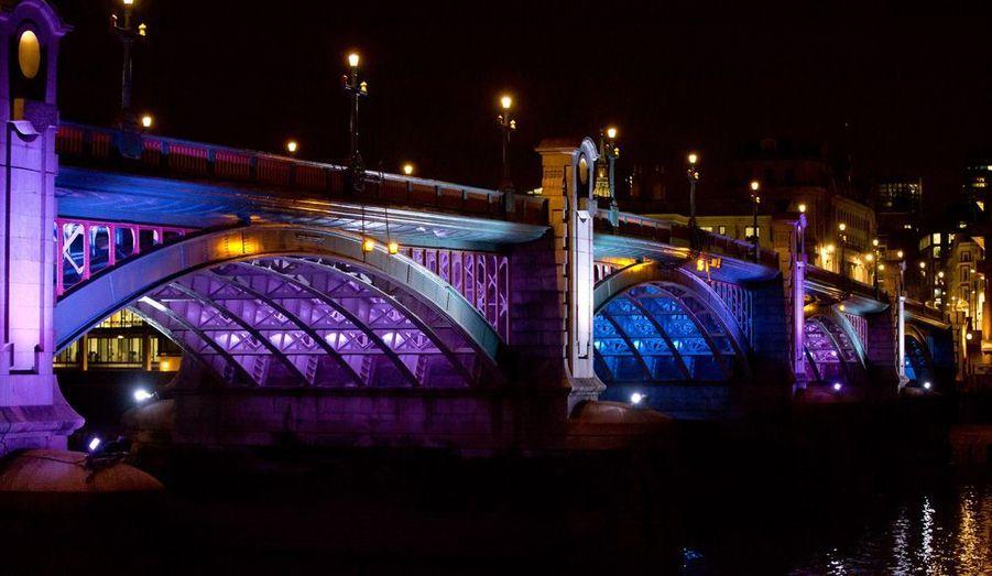 Ponts, monuments, centre-ville... Pas un quartier de premier plan n'a échappé aux décorateurs de la ville. Les couleurs s'expriment pleinement sur les façades londoniennes.