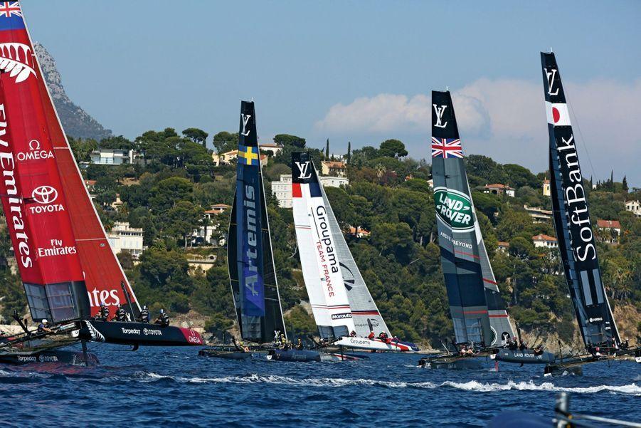 Bataille navale entre les six concurrents bord à bord dimanche 11 septembre, à Toulon. « Groupama » arbore ses nouvelles couleurs : bleu, blanc, rouge.