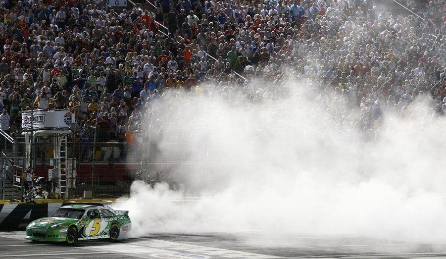 Le pilote de Nascar Kasey Kahne fait partir en fumée ses pneus après avoir remporté une course à Concord, en Caroline du Nord.