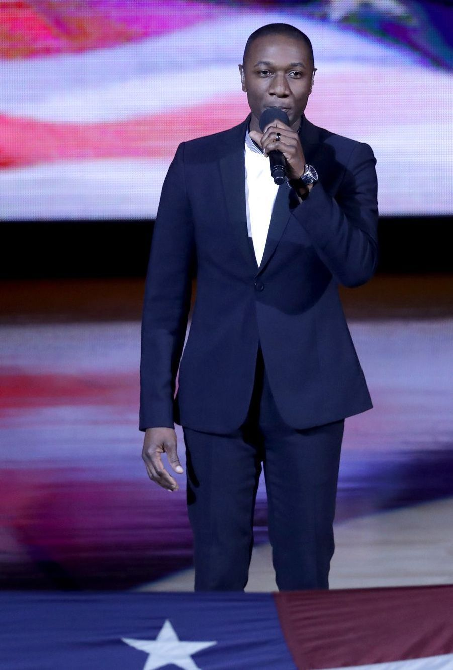 Aloe Blacc chantant l'hymne américain.