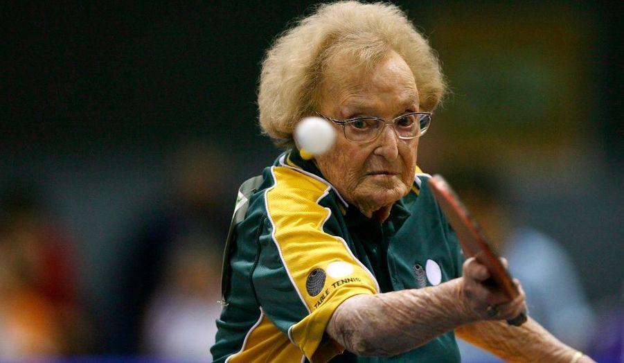 Les World Masters Games se déroulent actuellement à Sydney. Une compétition sportive réunissant 28 000 athlètes de 24 à 101 ans! 200 des participants ont derrière eux au moins une participation aux Jeux Olympiques. Sur la photo, Dorothy De Low, une pongiste australienne de 99 ans!