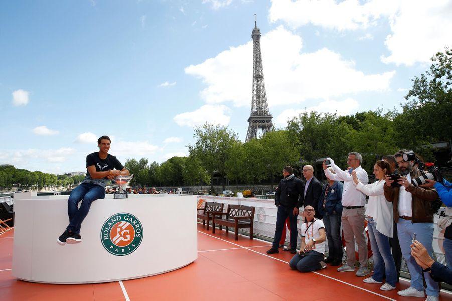 Rafael Nadal pose sur une péniche devant la Tour Eiffel.