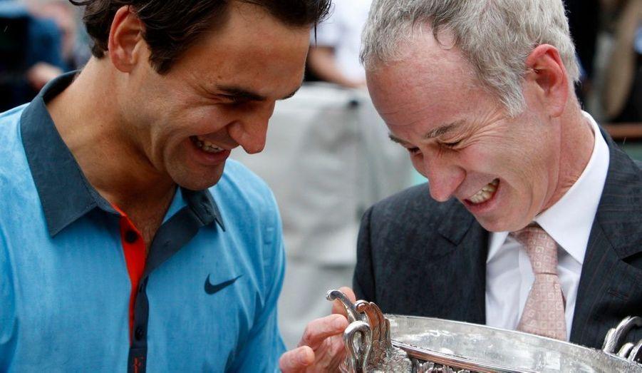 Aux côtés de l'Américain Mc Enroe, ancien numéro 1 mondial entre 1980 et 1985, Roger Federer partage cette belle victoire.