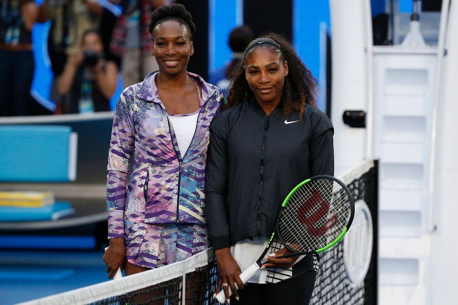 Serena Williams a facilement dominé sa grande soeur Venus en finale de l'Open d'Australie pour remporter son 23e titre du Grand Chelem.