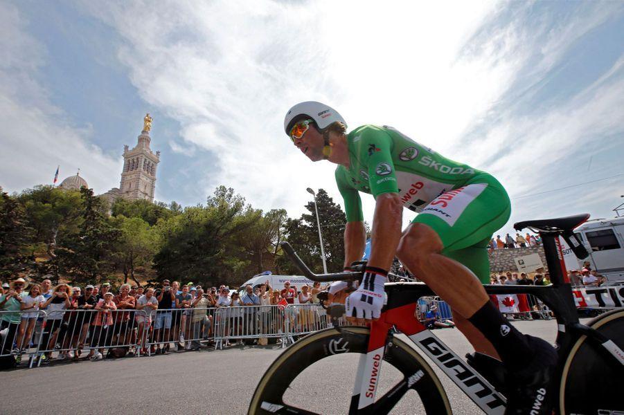 Le maillot vert Matthews dans les rues de Marseille.