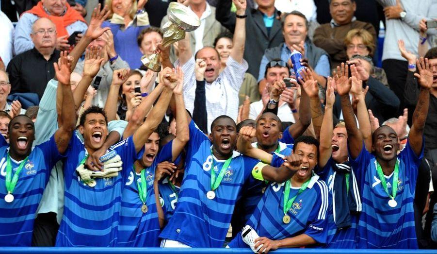 L'équipe de France de football a été sacrée championne d'Europe des moins de 19 ans après sa victoire en finale 2-1 contre l'Espagne au stade Michel d'Ornano de Caen. Menés au score à la 18e minute après un but de l'attaquant du Real Madrid Rodrigo, les Bleuets se sont imposés grâce à des buts de Gilles Sunu (49e) et Alexandre Lacazette (86e) – et surtout grâce à une incroyable rage de vaincre.