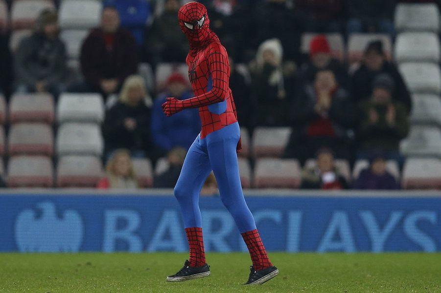 Un fan déguisé en Spider man a perturbé la rencontre entreManchester City etSunderland.