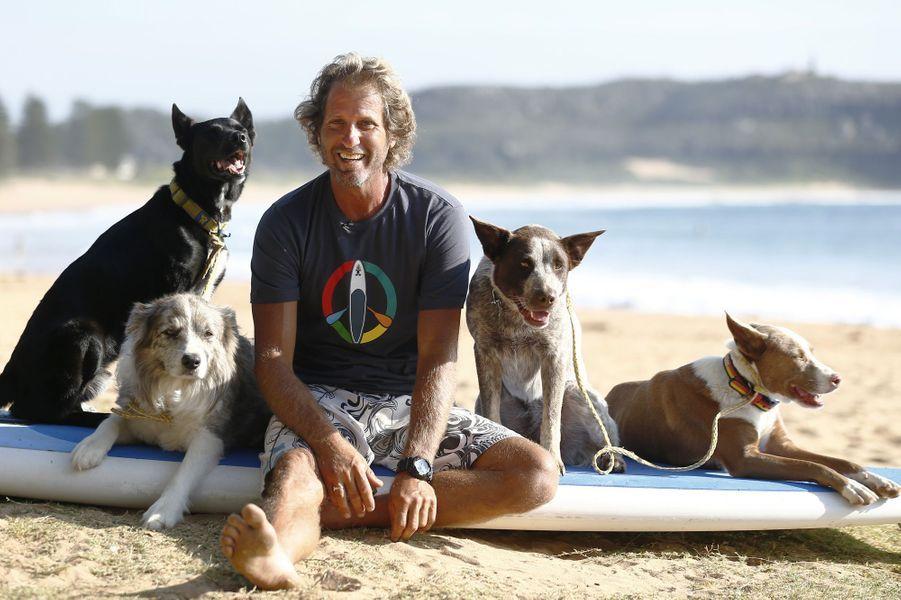 Chris le surfeur et ses chiens domptent les vagues australiennes
