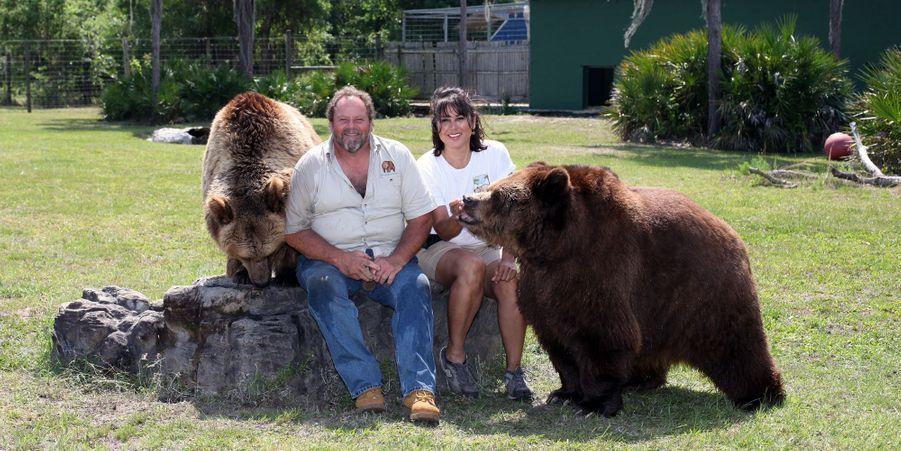La famille Welde dresse, dans son jardin, 13 ours